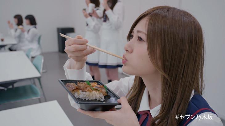 「乃木坂46がマネキンチャレンジ!」より、弁当を頬張ったまま固まる白石麻衣。