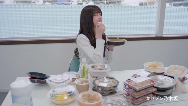 大量の弁当を前に恍惚の表情を浮かべたまま固まる松村沙友理。
