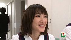 「乃木坂46がマネキンチャレンジ!」メイキング映像より、頰に米粒を付けて笑顔の生駒里奈。