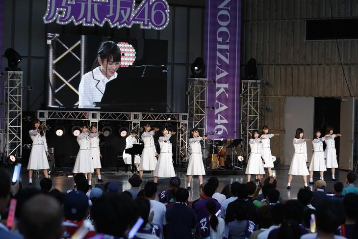 大園桃子の伴奏に乗せて「君の名は希望」を歌唱する乃木坂46の3期生メンバー。(写真提供:ソニー・ミュージックレコーズ)