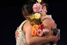 抱き合う我妻桃実(左)と神岡実希(右)。