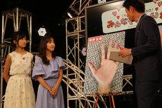 左から小島瑠璃子、板野友美、島田秀平。(写真提供:キングレコード)