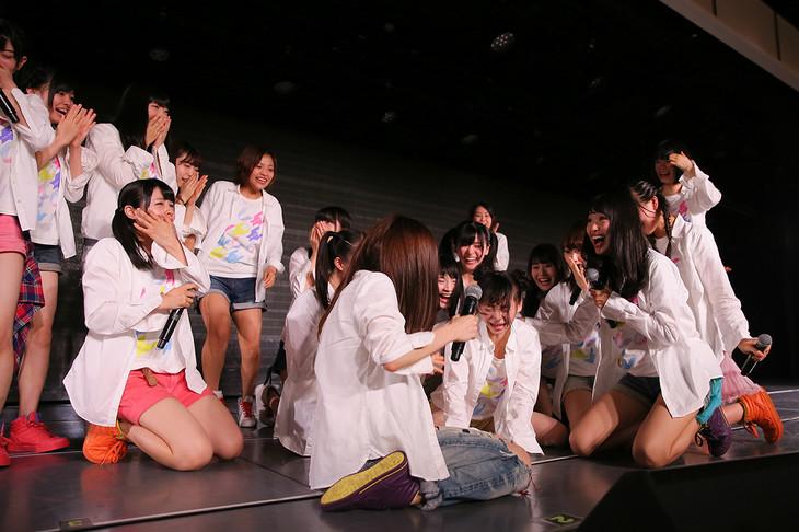 荻野由佳(NGT48チームNIII)の「AKB選抜総選挙」速報1位に歓喜するNGT48メンバー。(c)AKS