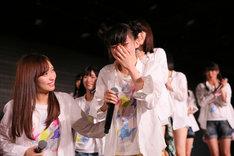 「AKB48選抜総選挙」速報1位を獲得し、号泣する荻野由佳(NGT48チームNIII)。(c)AKS