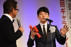 「2万円でどれだけ素敵なビデオが買えるか」を熱弁する星野源(右)。