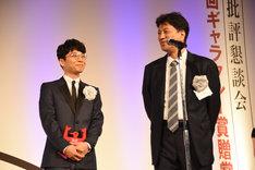 那須田淳プロデューサーが「逃げ恥」続編について触れると笑顔になる星野源(左)。