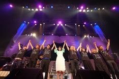 舞台袖で共にステージを作り上げてきたマニュピレーターの櫻井真佐人氏(左端)を呼び込み、バンドメンバーと手をつないで観客に最後の挨拶をする中島愛(中央)。(撮影:能美潤一郎)