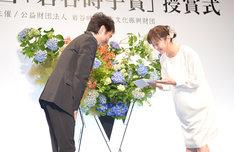 左から市村正親、斉藤由貴。