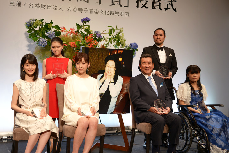 「第8回 岩谷時子賞」の受賞者。