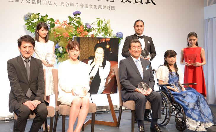 「第8回 岩谷時子賞」受賞者と審査員の市村正親。