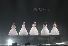 純白のウエディングドレス姿で登場した℃-ute。(写真提供:アップフロント)