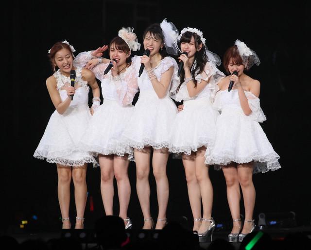 「℃-ute ラストコンサート in さいたまスーパーアリーナ ~Thank you team℃-ute~」の様子。鈴木愛理は右から2番目。(写真提供:アップフロント)