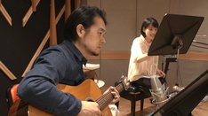 のん(右)のレッスンをギター演奏でサポートする堀込泰行(左)。