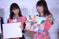 アユタヤで撮影した写真を紹介する高山一実(右)と西野七瀬(左)。