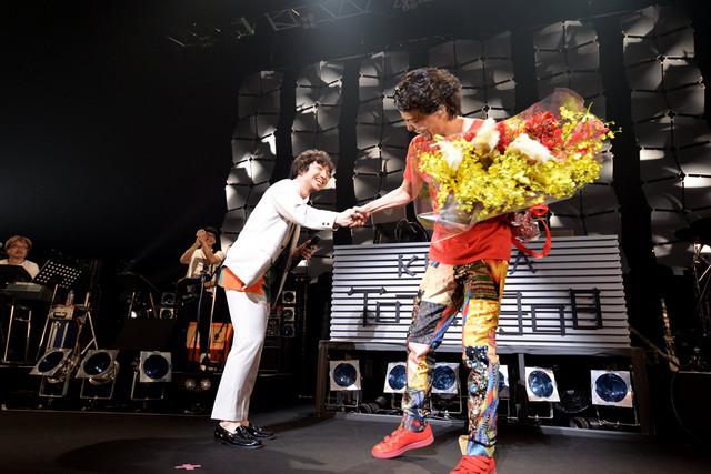 左からサプライズで出演した三浦大知、花束を手にするKREVA。(撮影:半田安政)
