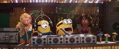 映画「怪盗グルーのミニオン大脱走」のワンシーン。左端のキャラクターがビーチガール。(c)UNIVERSAL STUDIOS.