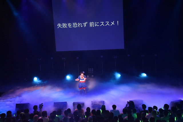 自身で作詞作曲したオリジナル曲を歌う安本彩花。