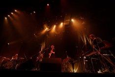 """東京・恵比寿ザ・ガーデンホールで行われた「ALLSAINTS presents """"Fashion with Music"""" FLOWER FLOWER」の様子。"""