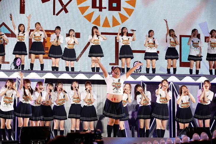 「乃木坂46 真夏の全国ツアー2017」東京公演にサプライズ出演したヒム子(中央)。