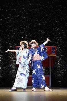 浴衣姿でパフォーマンスする悠木碧(左)と竹達彩奈(右)。(写真提供:ZERO-A)