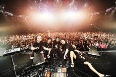 "「NTT DOCOMO presents MIYAVI 15th Anniversary Live ""NEO TOKYO 15""」ファイナル公演の様子。(Photo by Yusuke Okada)"