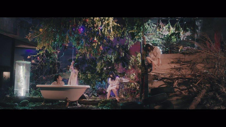 PassCode「ONE STEP BEYOND」のミュージックビデオのワンシーン。