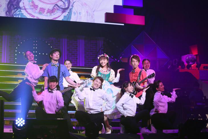 """三森すずこ「Mimori Suzuko Live Tour 2016 """"Grand Revue""""」の様子。(写真提供:ポニーキャニオン)"""