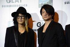 左からHISASHI(G)、TERU(Vo)。