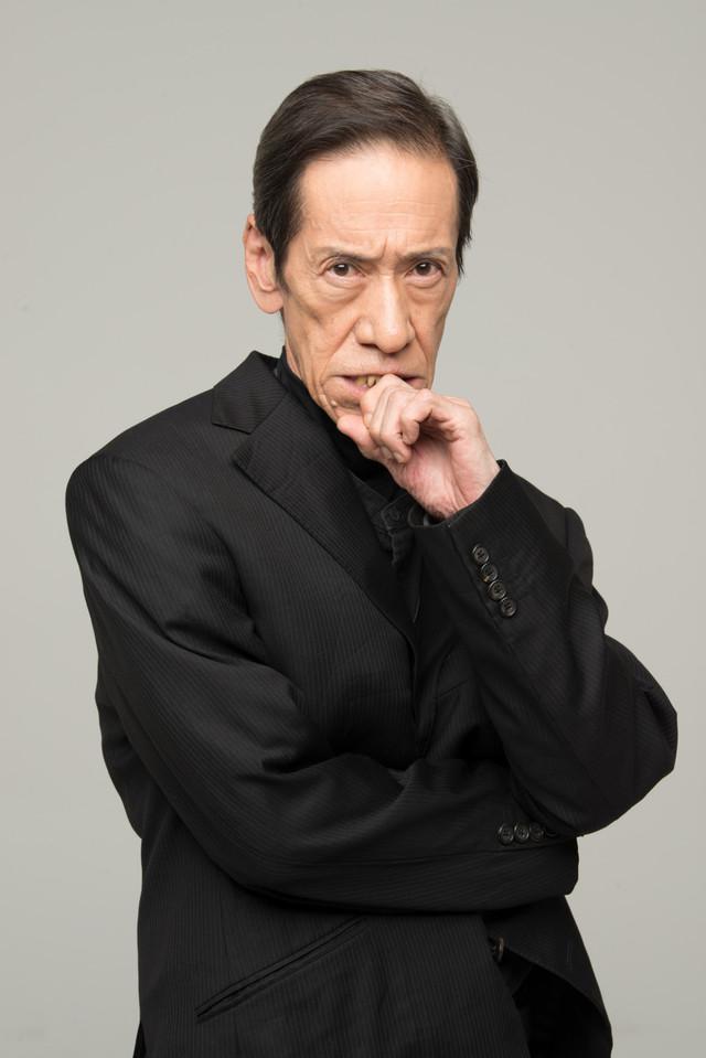 刑事に扮する斎藤洋介。