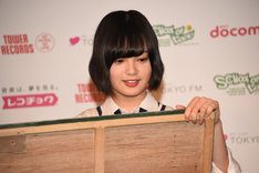 黒板に文字を書く平手友梨奈(欅坂46)。