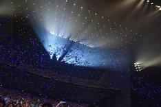 青いテープが舞う東京国際フォーラム。