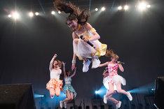 ジャンプするアップアップガールズ(仮)。(写真提供:YU-Mエンターテインメント)
