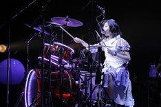 ドラムを叩きながら「教育」を歌う有安杏果。(photo by HAJIME KAMIIISAKA+Z)