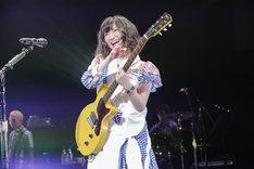 エレキギターを弾きながら「feel a heartbeat」を披露する有安杏果。(photo by HAJIME KAMIIISAKA+Z)
