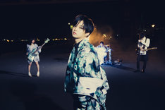大森靖子「draw (A) drow」MVに出演した千葉雄大(中央)。