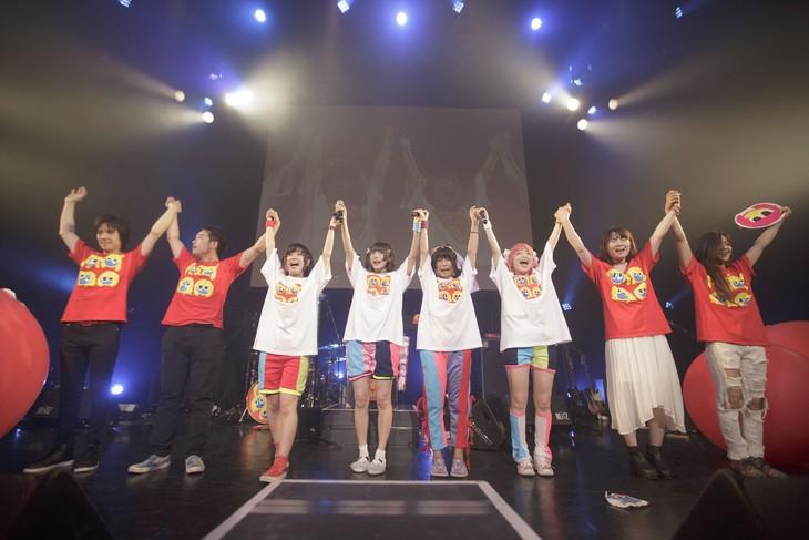 終演後に挨拶するゆるめるモ!とバンドメンバー。(写真:荻原楽太郎)
