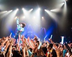 観客の上に立って歌うあの。(写真:曽我美芽)