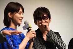 石田ゆり子(左)の言葉を受けて照れるスガシカオ(右)。