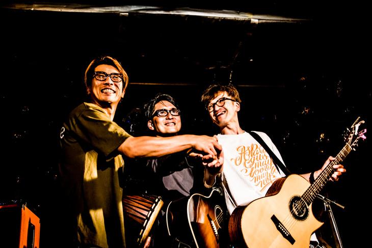 左から一瀬正和(Dr / ASPARAGUS)、フルカワユタカ、渡邊忍(Vo, G / ASPARAGUS)。(撮影:浜野カズシ)