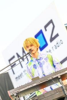 杉本雄治(Vo, Piano)(撮影:渡邊一生 / 写真提供:FM 802)