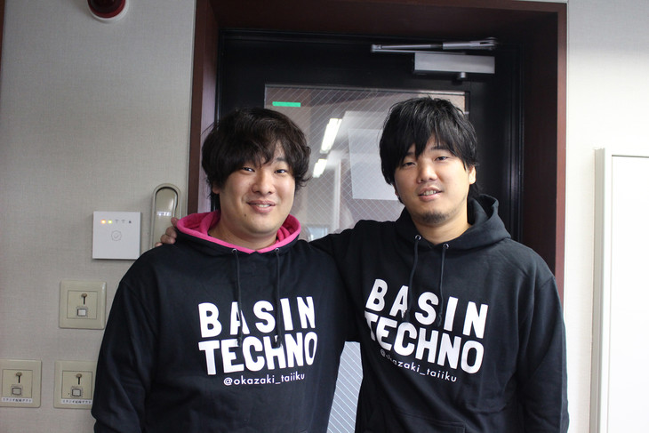 「BASIN TECHNO」パーカーに身を包んだ岡崎体育と秦基博。