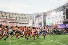 「ももクロ夏のバカ騒ぎ2017 -FIVE THE COLOR Road to 2020- 味の素スタジアム大会」8月6日公演で行われたハーフマラソンの様子。(Photo by HAJIME KAMIIISAKA+Z)