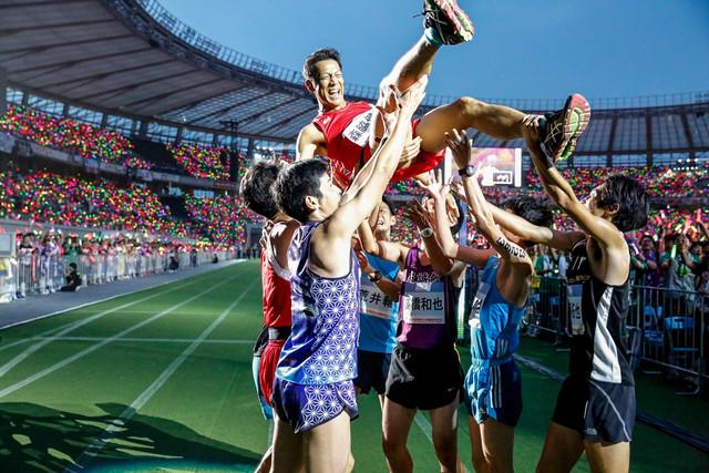 人気画像9位は「ももクロ、スポーツと融合した4年ぶり『夏のバカ騒ぎ』で味スタに10万人動員」より、胴上げされる森脇健児。(Photo by HAJIME KAMIIISAKA+Z)