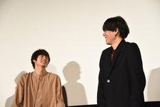 左から窪田正孝、野田洋次郎。