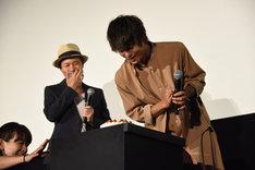 バースデーケーキを見つめる窪田正孝(右)。