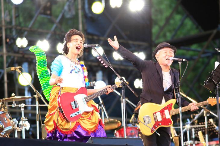左からのん、鈴木慶一。(Photo by TEAM LIGHTSOME)