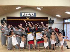 佐渡島温泉でダンスする佐渡市民とおけさガールズ。