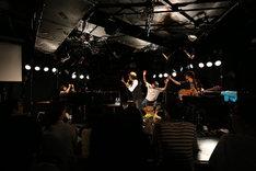 ステージで中村一義らを撮影する小谷美紗子。(撮影:當摩果奈絵)