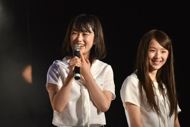 最近始めたメンバー個人のTwitterの内容について指摘される石野理子(左)。