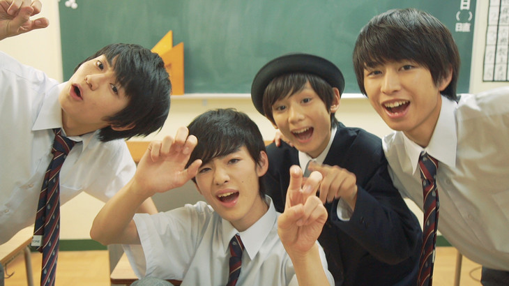 MAGiC BOYZ「DK GO!!!」のミュージックビデオのワンシーン。